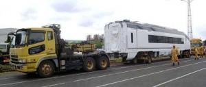 鉄道車両を輸送するトレーラー