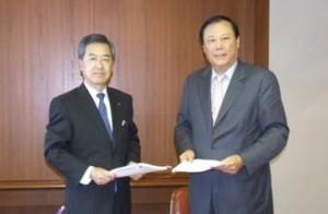 川崎汽船の黒谷社長(左)とATEC社Richard Chu CEO