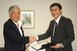 日本アクセス田中茂治社長(左)とジーマ儀間仁社長