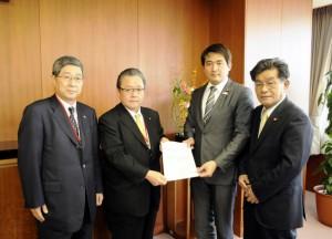 藤木幸二全ト協海上コンテナ部会長(左から2人目)が津川祥吾国土交通大臣政務官(右から2人目)に要望書を提出。