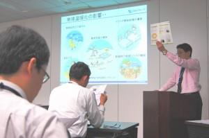 CSR報告書を読む会で解説する森井室長