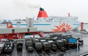 苫小牧港における「さんふわらあ さっぽろ」への自衛隊緊急車両積み込み