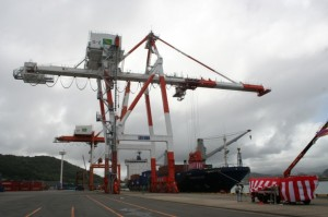 細島港に完成した2基目のガントリークレーン