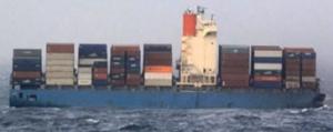 破断して漂流するMOLコンフォートの船体後半部