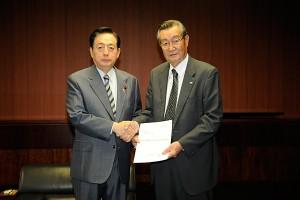 要望書を手渡す星野会長(右)と太田国交相(左)