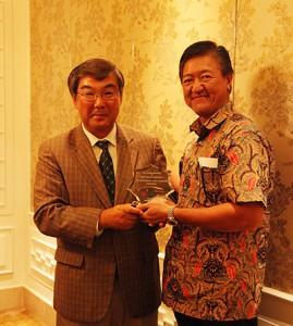 日本郵船自動車物流グループの曽我貴也グループ長(左)と合弁会社のD.ブディジャント社長
