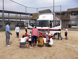 日通、岐阜市の小学校で交通安全教室