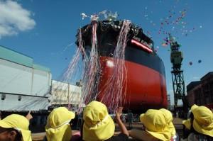 川崎重工、神戸で省エネタイプの55型運搬船の命名・進水式