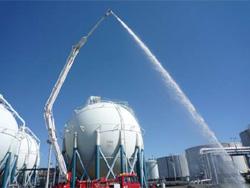 大型化学高所放水車からの放水の模様