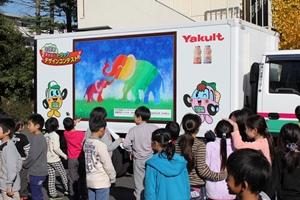 神奈川、「夢運ぶラッピングトラック」小学校で展示