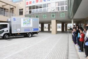 SGHD、三郷市立新和小でラッピングトラックの出発式