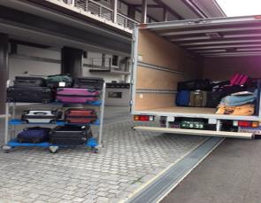 ハーツ、訪日外国人向け手ぶら支援で貸切トラック利用