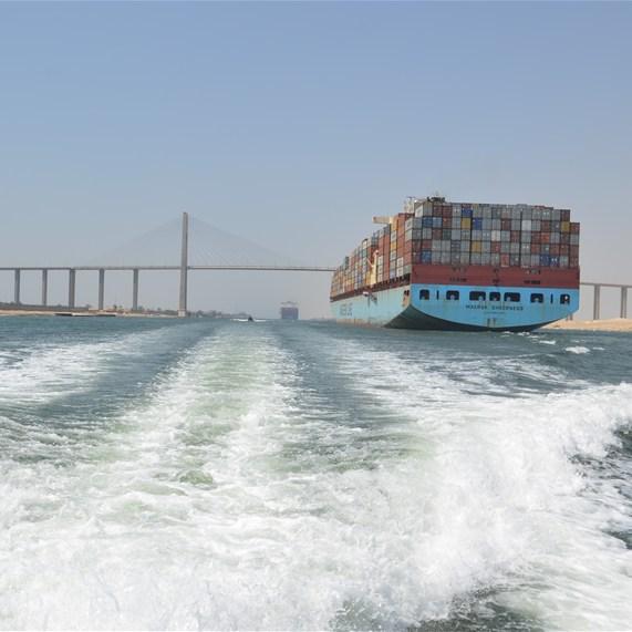 新スエズ運河が開通、3年計画前倒し1年で完成