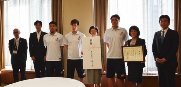 サカイ、大阪市の児童養護施設に運動器具寄贈