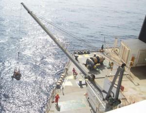 日本郵船、比沖で沈没しかけた漁船発見、救助