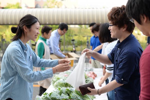 アマゾン、多治見市の物流拠点で地元野菜販売会