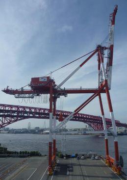 大阪港C-4バースで17列対応クレーンの供用開始