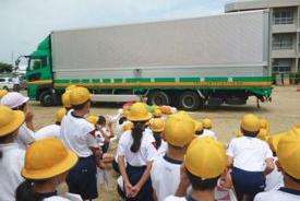香川県ト協と四国運輸局、丸亀市栗熊小でトラック授業