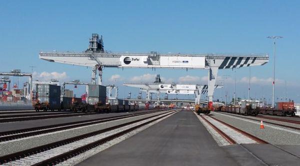 三井造船、LA港コンテナターミナルに自動化クレーン納入