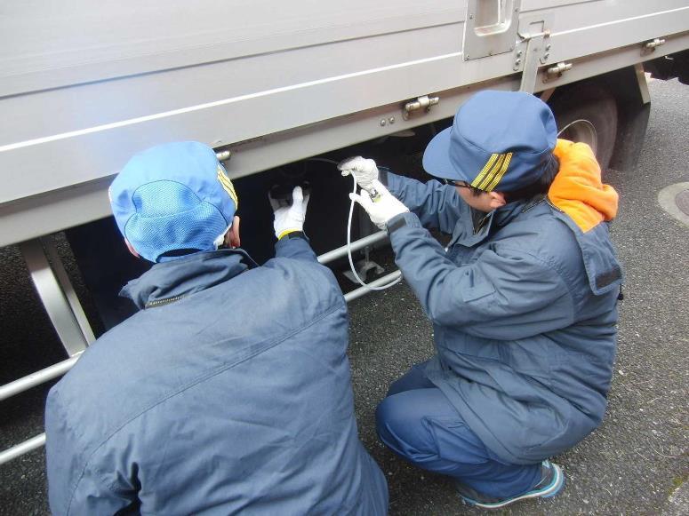 近畿運輸局、尼崎地区排ガスキャンペーンで路上取締り