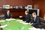 ▲石井国交相(左)に要望する坂本副会長(中央)