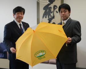 東ト協青年部、墨田区へ交通安全啓発用置き傘寄贈
