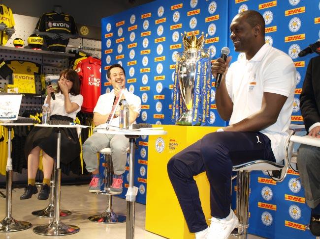 DHL、英サッカーチームの優勝トロフィーを日本に輸送